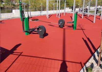 Полагане на разливна гумена настилка за спортни площадкии